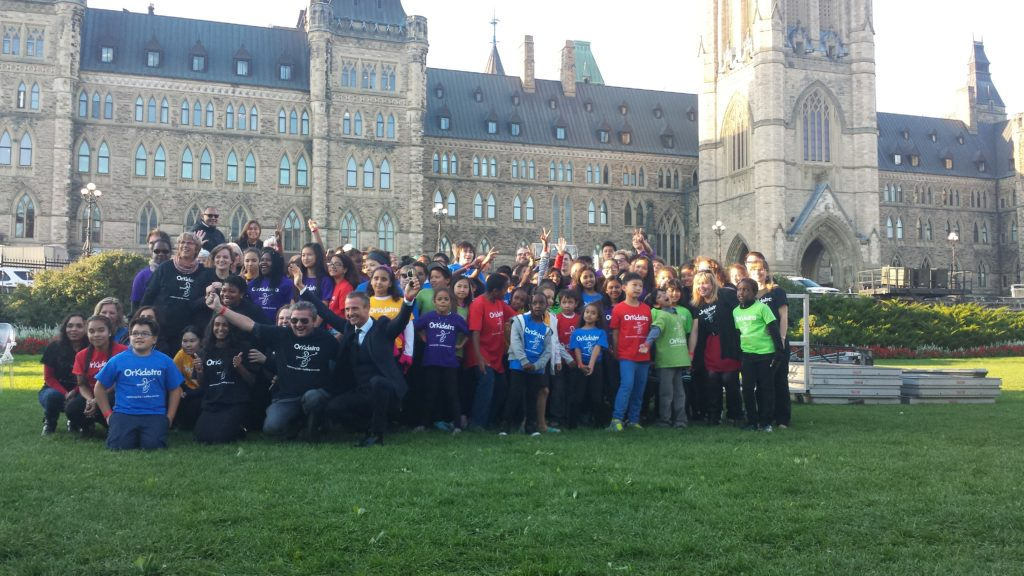 alexander-shelley-with-orkidstra-at-one-young-world-opening-ceremonies-in-ottawa-photo-by-keith-maddocks